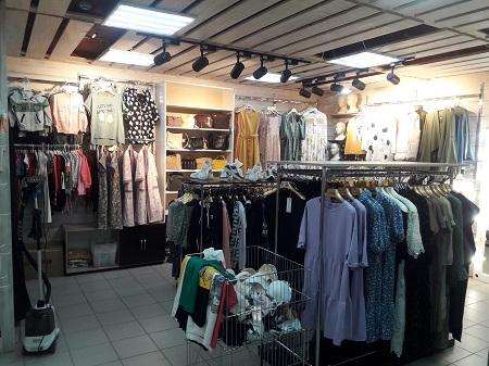 Магазин одежды в густонаселённом районе фото